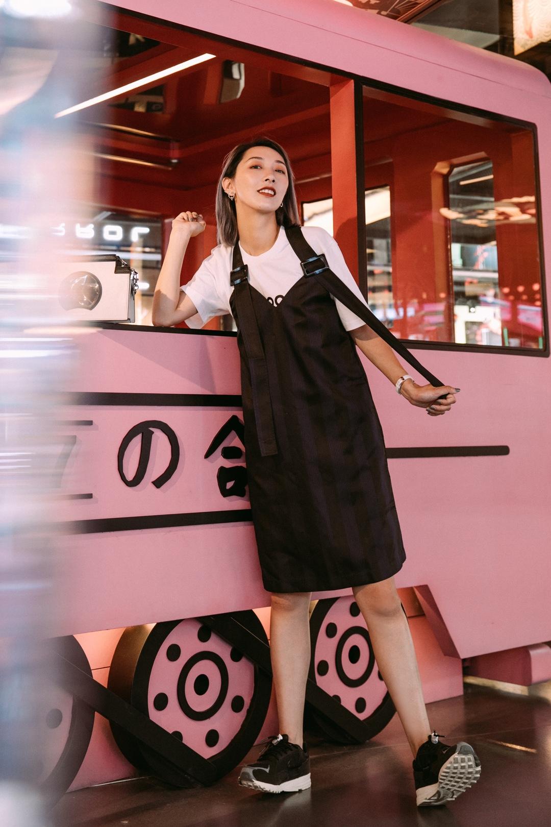 "ViLook | Vol.291 ———— 背带裙是增加少女感的最佳单品之一!A字型的剪裁完美藏肉,隐约可见的条纹瞬间显瘦!随意内搭一件白T都能让你瞬间找回校园🎓时光!我搭配了一双黑色球鞋,当然最经典的小白鞋👟也是很棒的选择!耳环是左右不对称的,给简约的一身制造些惊喜!这个包包有个有趣的名字""南墙包""!背着它,让所有人撞见都统统回头吧! #100%港味少女养成记#"