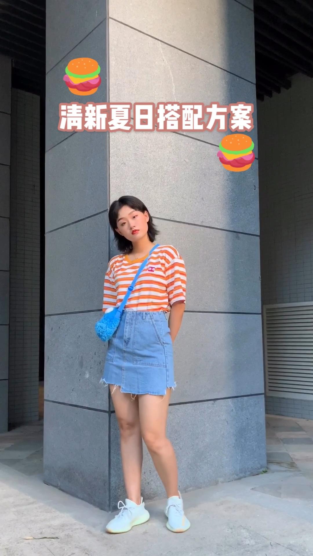 衣橱必备条纹t拥有了没~ 清新的条纹t配浅色牛仔短裙是夏天的味道哦~#偶像剧上头,穿出言情女主?#