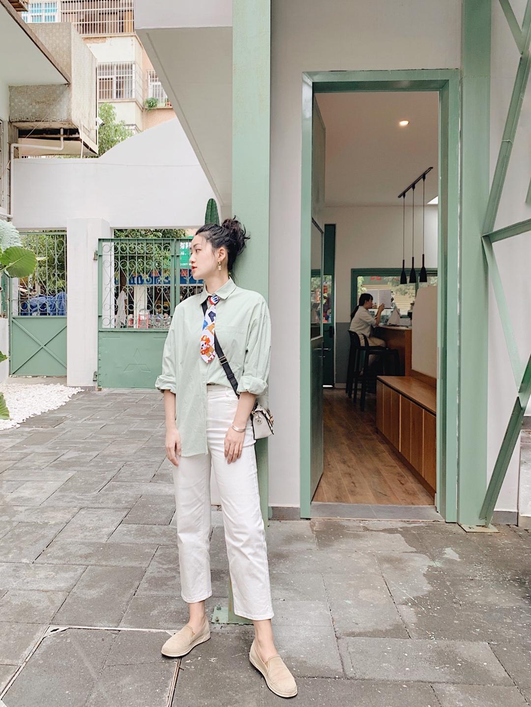 OOTD 做夏日里最清凉的一抹绿🍃 今天选择了薄荷绿的衬衫,下搭白色九分裤,整体都是亮色系,这样看起来心情超nice~💚还特地加了一条卡通一点的领带,这样就帅中有一点小可爱😝 结果到店以后意外的发现居然和店面装修是同一个色系🍀真的感觉有点意外[赞R][赞R]店内每一处拍照都超好看哦~ #夏日简约风,高级又消暑#