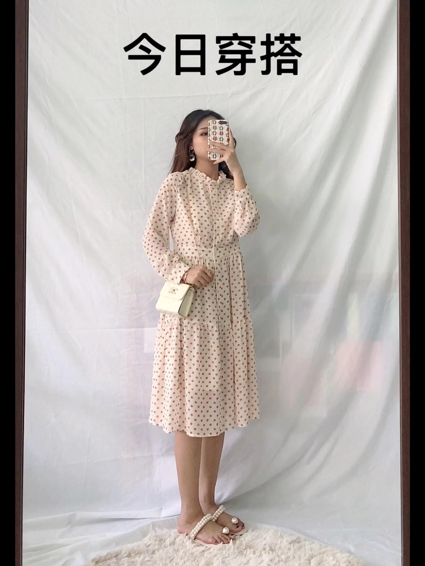 今日推荐:法式波点连衣裙 好看指数🌟🌟🌟🌟🌟 显白指数🌟🌟🌟🌟🌟 时尚指数🌟🌟🌟🌟🌟 厚度:初秋 特点:木耳边拼接领口,散发着少女气息,减龄波点元素的加持很仙的说!高腰修身的设计,收腹束腰凸显曲线,很甜的一条连衣裙,无敌适合七夕约会 #初秋第一款,必须是____?#