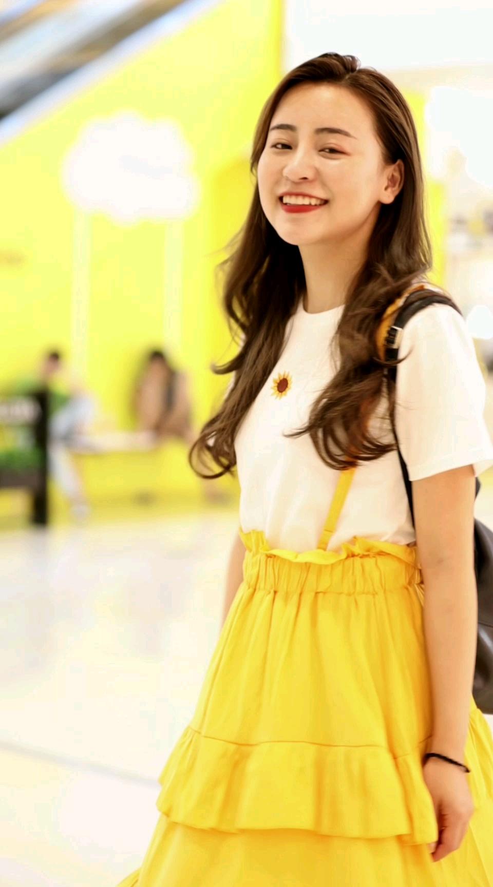 小可爱超甜笑容,像极了那朵沐浴阳光的向日葵~#穿搭 #街拍#七夕作战裙,李现女友都穿了!