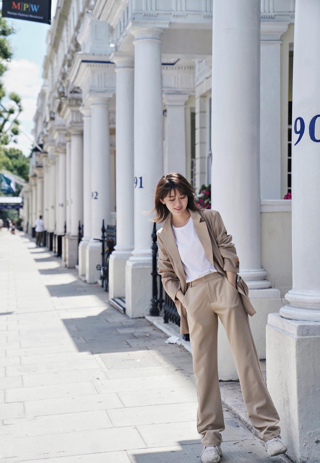 #8月你好,进阶防晒已备好# 【穿搭】奶茶色西装Look 漫步伦敦街头的一天 这套其实是去伦敦的时候刚下飞机拍的,因为到的太早酒店入住不了,就在街头游荡随便拍了拍,请忽略这个长途飞行后没洗头也没化妆的我 · 不过这身穿搭真的很喜欢,坐飞机穿保暖又舒服,飞机上空调很足,我超怕冷所以一般都会穿长袖或者带外套。休闲的薄西装就刚刚好,配一条同色系的直筒裤,踩一双软软的小椰子,舒适度100分 · 难得遇到伦敦晴天,一起逛个街吧? · 🧥今日穿搭 外套/HOWL 裤子/Juslin 鞋/adidas