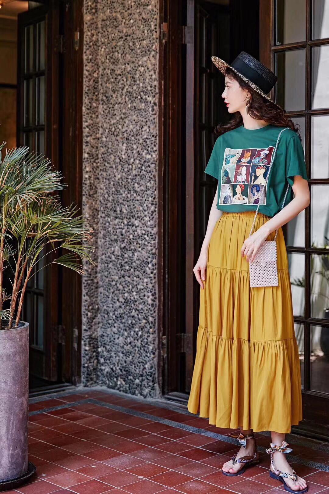 穿搭:薄荷绿印花T恤+黄色中长裙 1、薄荷绿印花T恤 纯色的底色之上,搭配九块色彩碰撞形成的方块,打破了单调更有生机。全棉的面料,手感软糯穿着又亲肤。 2、黄色中长裙 裙子一缕缕的褶裥像是鲜花的花冠,向往绽放着,纯色系的裙身,采用深浅不一的色彩衔接,既保留了裙子的简单大气,又巧妙地赋予了裙子层次感。 日常穿搭:夏日走动间随风摇曳,气质加成,吸睛十足。