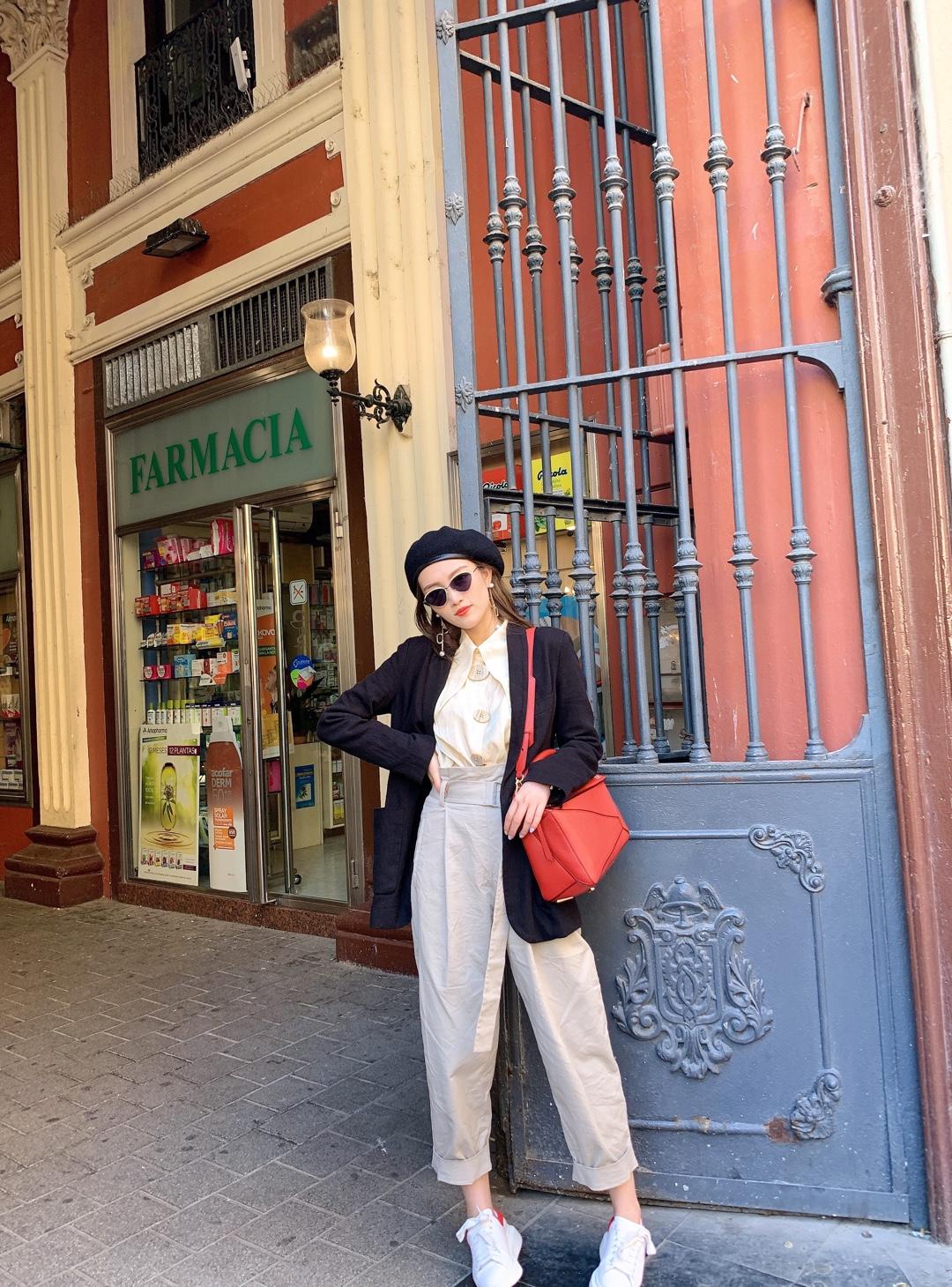 旅行穿搭🇪🇸英伦宫廷风格𝐌𝐀𝐍系搭配法则 🖇 裤子/𝐂𝐎𝐒 外套/𝐙𝐀𝐑𝐀 包包/𝐋𝐎𝐄𝐖𝐄 墨镜/脂肪商店 衬衫/球姐的百宝袋 鞋子/𝐀𝐋𝐄𝐗𝐀𝐍𝐃𝐄𝐑 𝐌𝐂𝐐𝐔𝐄𝐄𝐍   今天穿了一套英伦风格的Look,衬衫的复古大摆领子和米珠光颜色超级靓丽~搭配同色系Cos萝卜裤非常高级的欧式风格。加上黑色西装外套/贝雷帽,整体造型更偏🆒 旅行我一定会带上麦昆小白鞋,舒服百搭~ 红尾是我的最爱❤ 红色loewe充当造型亮色系元素,look色彩主次分明。  ps: 今天从萨拉戈萨前往巴塞罗那,参观了高迪的圣家族教堂,简直壮观!!我全程惊呼OMG😂   #小个子女生夏日增高套装#