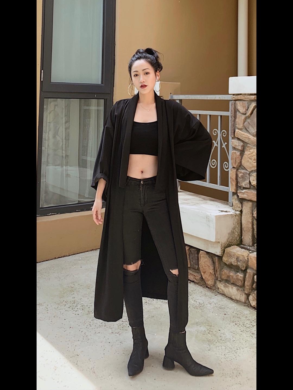 OOTD 暗黑风酷女生穿搭 ▪️ALLBLACK◾️ 从小就长了一张厌世脸,超级多人说我不笑的时候看起来真的很凶 导致我真的超级爱穿深色的衣服,以前短发的时候穿搭风格都是一身黑系列🖤(其实主要是因为黑色真的很显瘦哈哈) 今天一整套的搭配就是一件黑色裹胸➕紧身破洞牛仔裤,外搭杀手风的外套,再搭上一双尖头短靴。 什么?你问我热不热? 热不热不重要,重要的是帅😏😏 #小个子女生夏日增高套装#