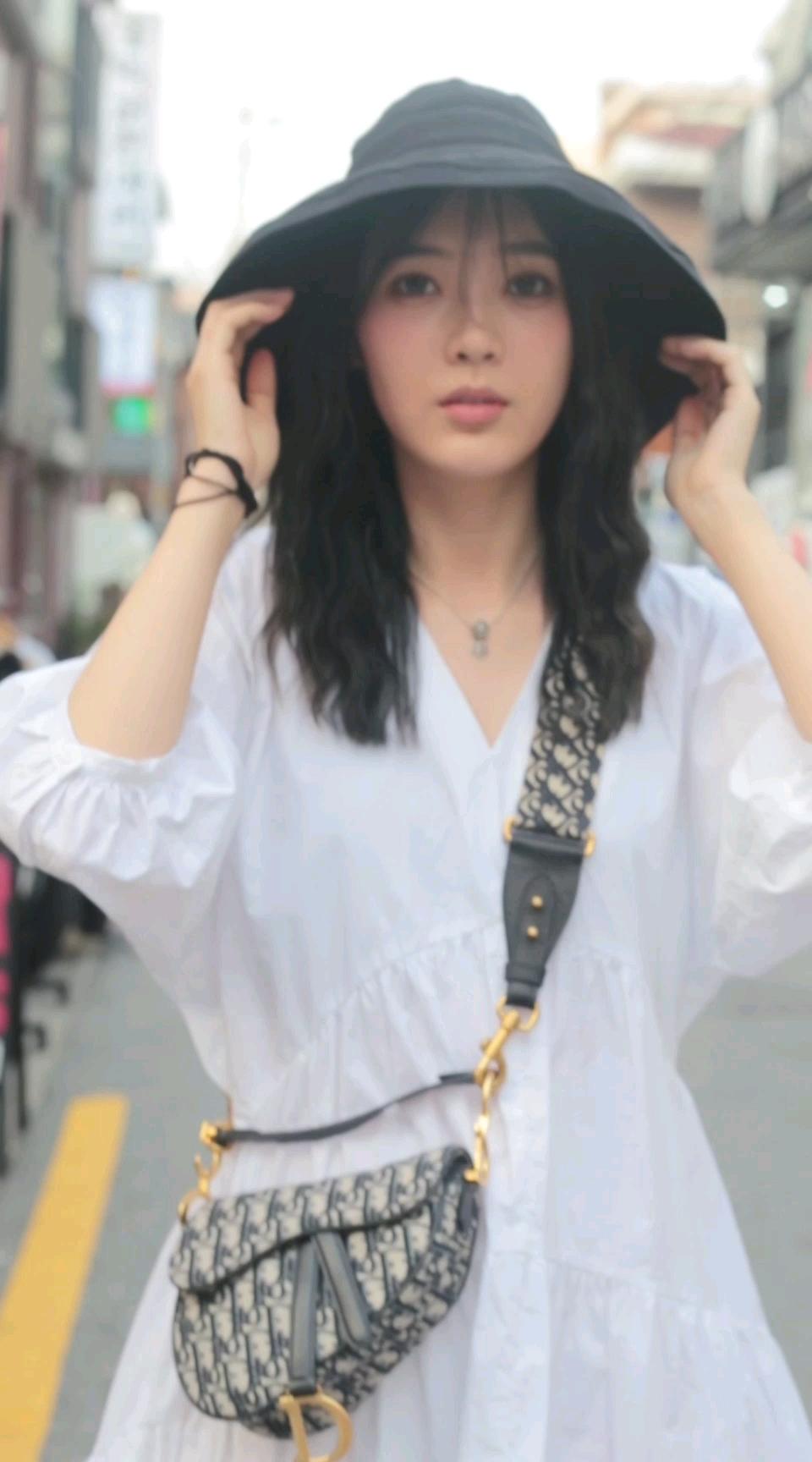 这位超有气质的白衣小姐姐,是不是男生都会喜欢的女神呢?#街拍#