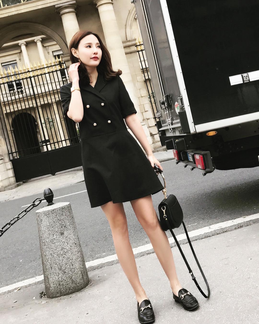 金扣连衣裙 黑色完全可以hold住全场 任何人穿了都显瘦的哦! 大爱款! #网红衣橱大公开,赶紧收藏!#