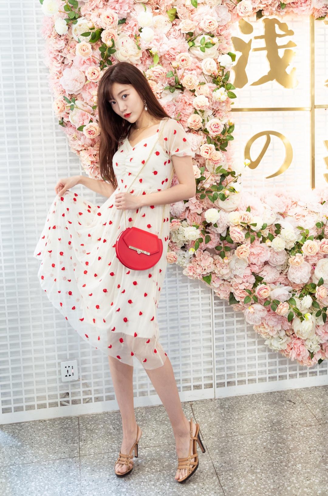 #石原里美OL风,又美又飒!# 穿上我的走一天路也不累的bally战鞋 搭配糖果红色系网纱连衣裙 复古的版型更加优雅 红色的包包符合七夕节日氛围 更加夺目哦