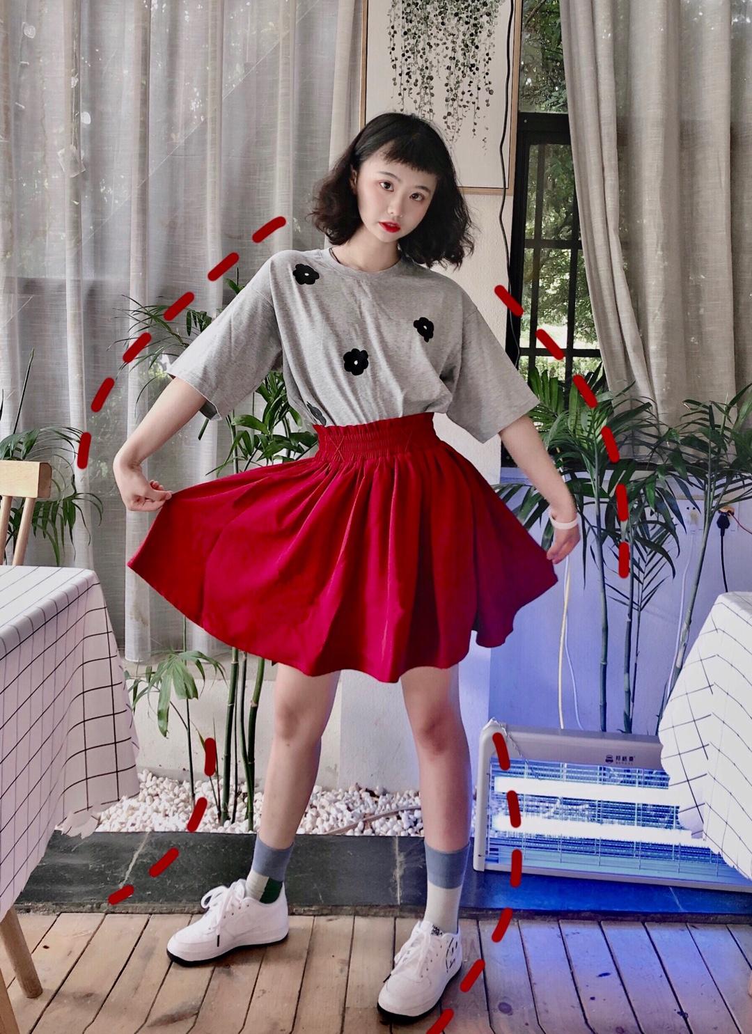 #小个子超模腿养成秘籍!#  小fafa短袖➕高腰红裙子超级显腿咯,红色什么的超级显白,人群一眼就能看到的一抹红相当好看啦,高腰的束腰很修身显高啦!