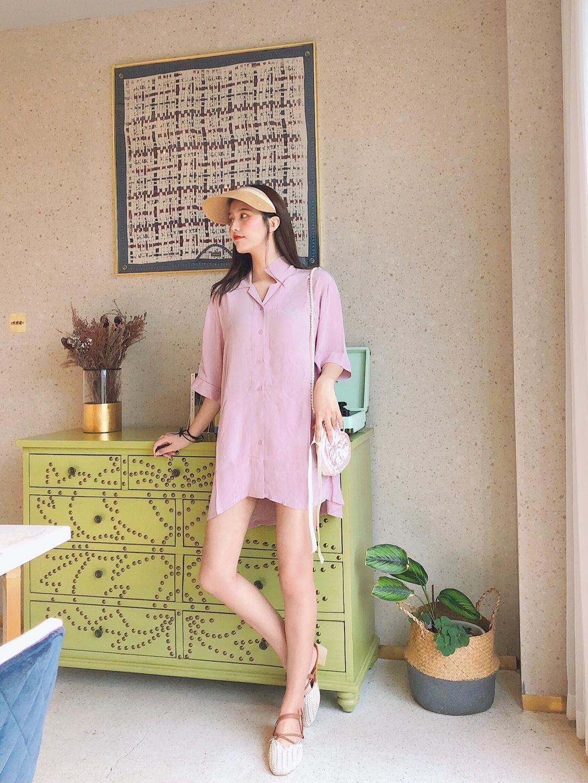 """#""""减肥""""方法有多野?试试这套#  一款粉色衬衫连衣裙超级粉嫩啦 很可爱很甜的少女穿搭啦 宽松松的一件穿的款式特别方便啦 搭配上粉色的爱心包包 甜甜的感觉很少女感适合七夕的约会穿搭啦 特别适合夏天的穿搭啦~"""
