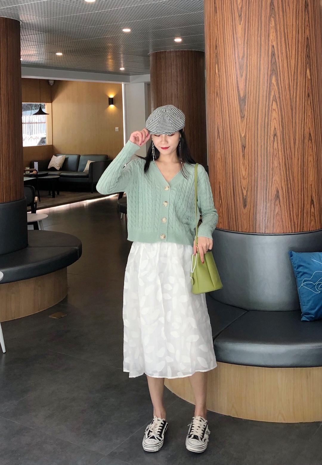 #2019早秋流行,我带你追!# 绿色真的还是今年的流行色 秋天安排起来 短款的小毛衣 早秋必备 搭配白色半身裙 简直小仙女
