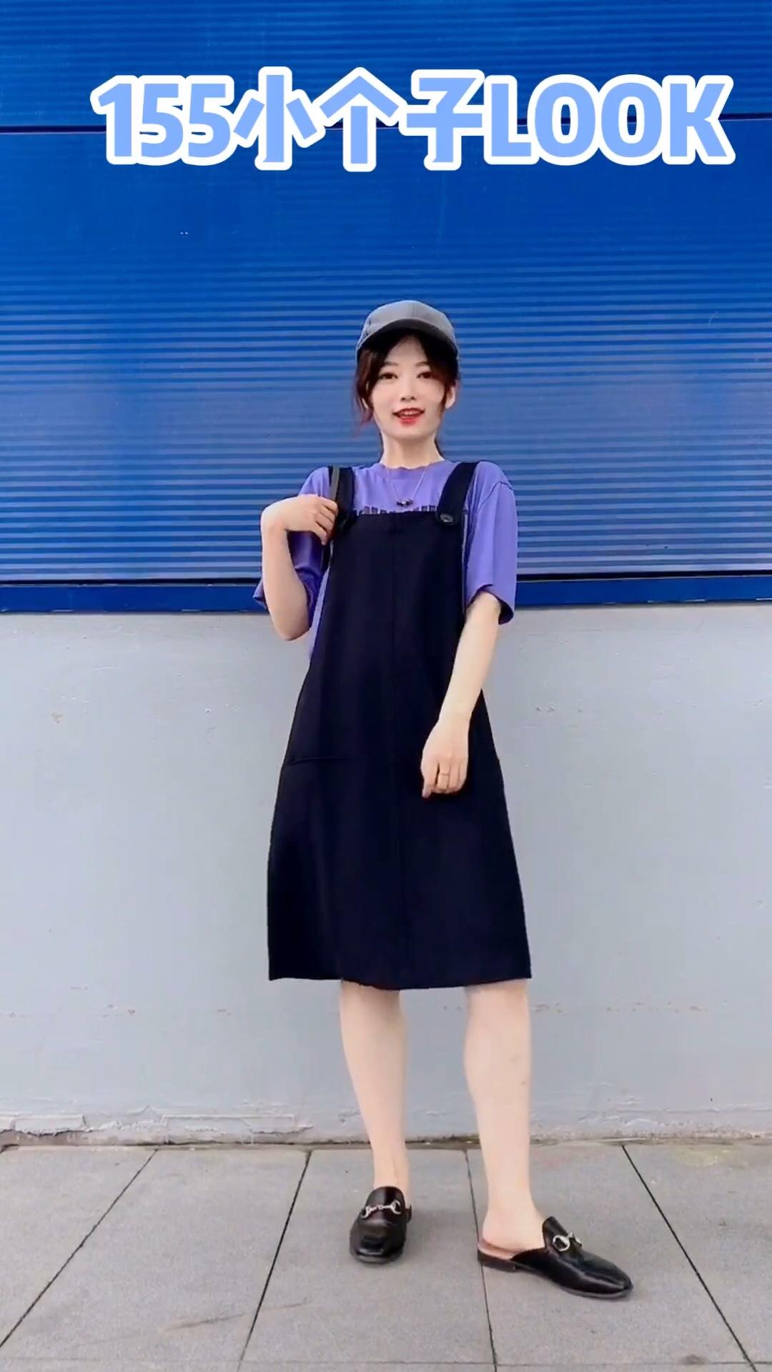 #网红度假穿搭,照搬不误!#  减龄背带裙LOOK 紫色和藏青色的配色很好看哈 显白的一套~ 度假or约会穿都不错哦