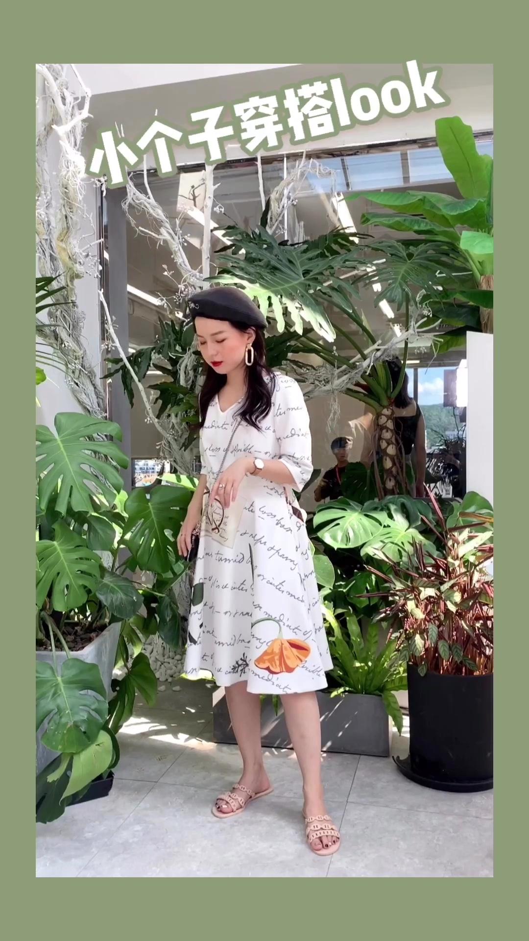 """#""""抽脂""""穿搭术,无死角显瘦!# 涂鸦式连衣裙 这连衣裙最喜欢的点就是她和别人的花纹不一样啊 很有感觉 收腰的设计恰到好处 大v领和宽松的裙摆也很 nice"""