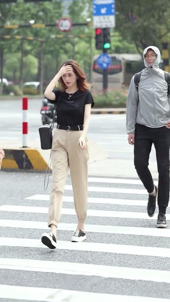 这样普普通通的女孩子是多少男生们喜欢类型吧?#高腰裤:显腿长的终极武器#
