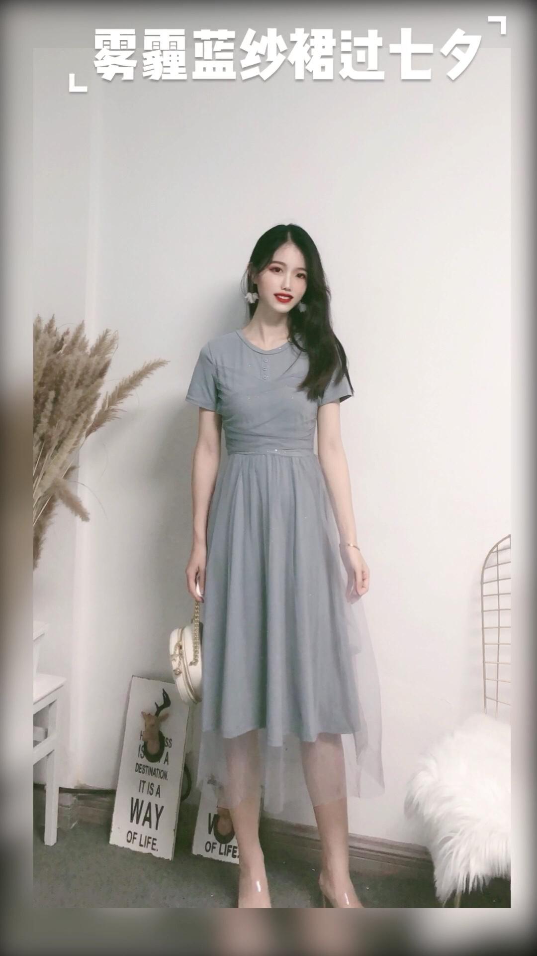 #情人节逆袭大变身!秒脱单!#  很仙的一条连衣裙 款式简约大方 上身还蛮显高的