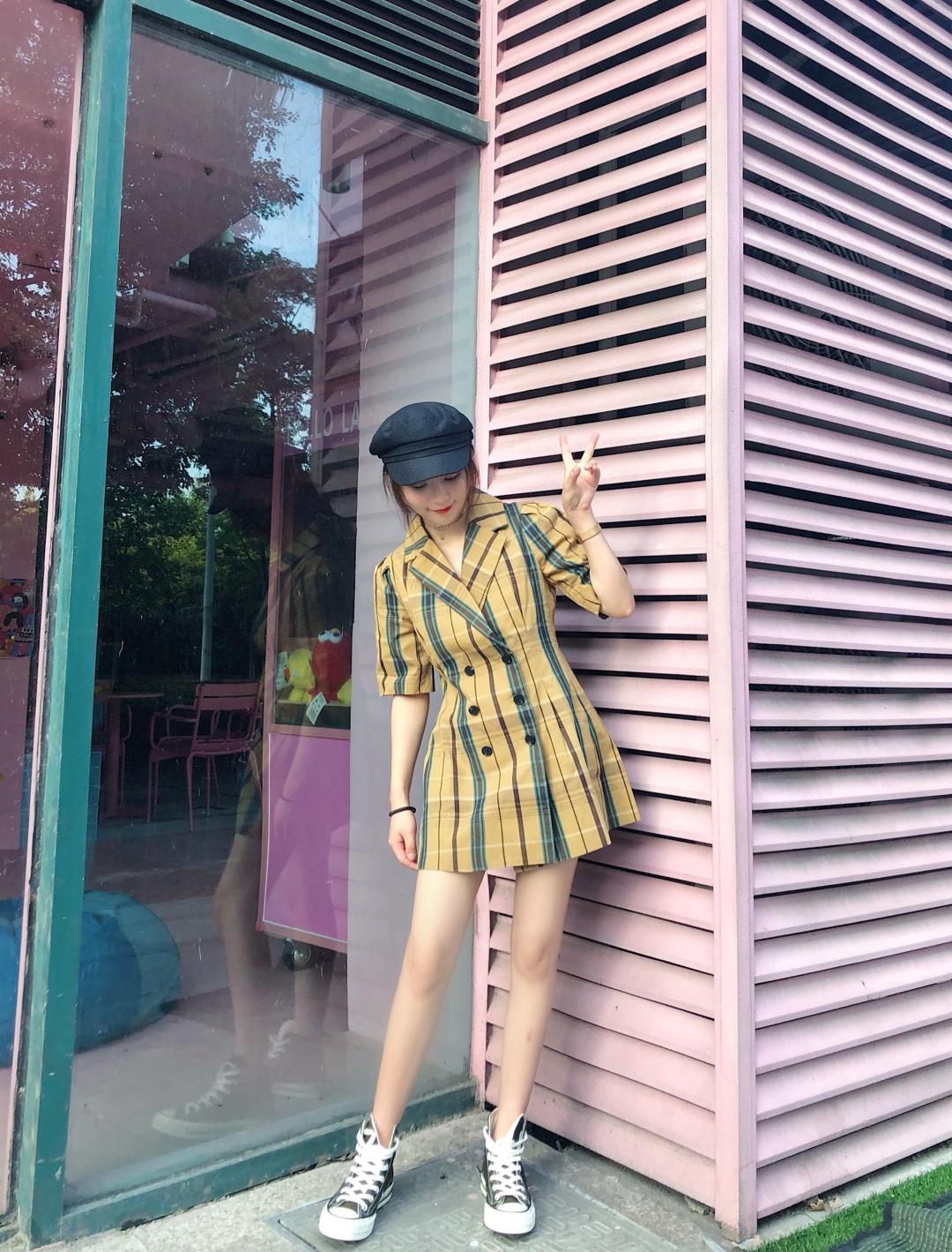 颜色超显白,这个格纹真的爱了,是我一见钟情的,黄皮妹子救星啊。上身很显瘦,有安全裤的设计,很贴心#夏装最后一波,我带你盘!#
