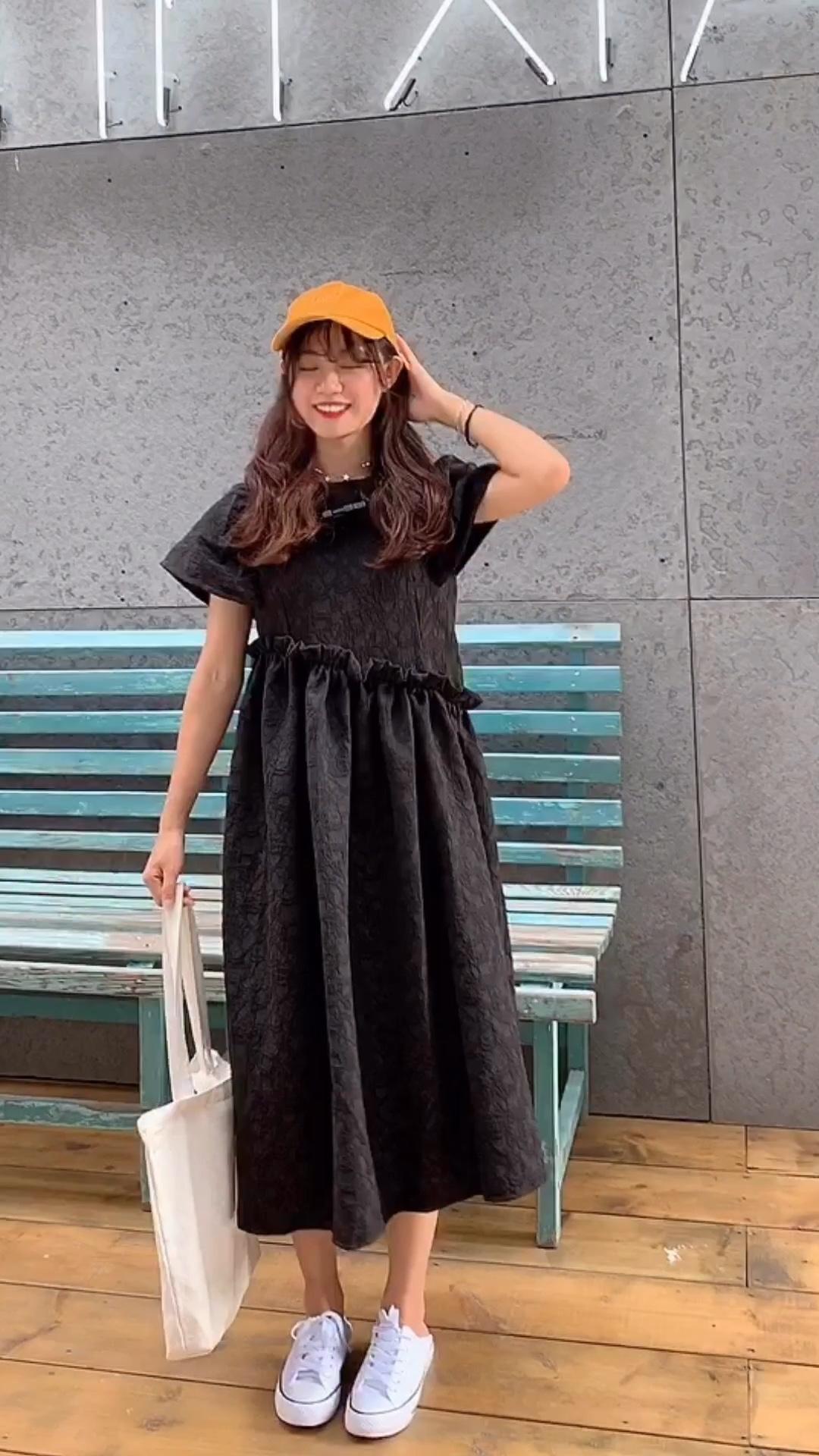 #胖女孩,8月显瘦穿搭速取# 〽️众所周知,黑色最显瘦 那么黑色的A字裙,必须更更更显瘦! 〽️独特的印花和小细节设计,穿上撞衫几率减少80%! 〽️甜甜的裙摆搭配黑色系,🉑️甜🉑️盐!