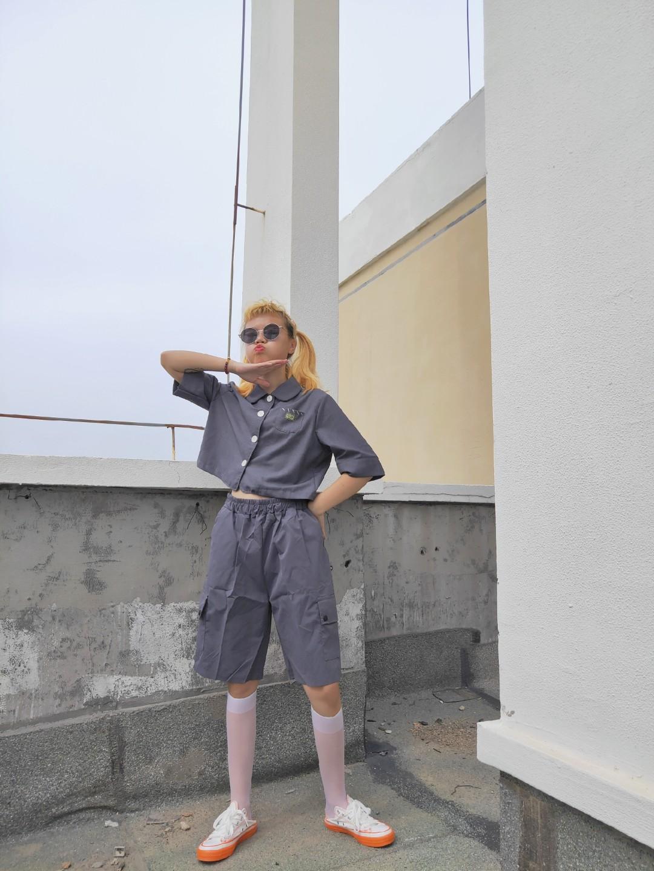 #初秋第一波韩系潮流,跟上!#这一套灰色的套装穿上太减龄啦!短款学院风上衣搭配同色系工装五分裤,未免混搭的太好看了也!搭配白色小腿袜,初秋也可以穿的一套,上面短款的比例也是无敌显高显瘦!小个子宝宝可以入手照搬呢~安排上