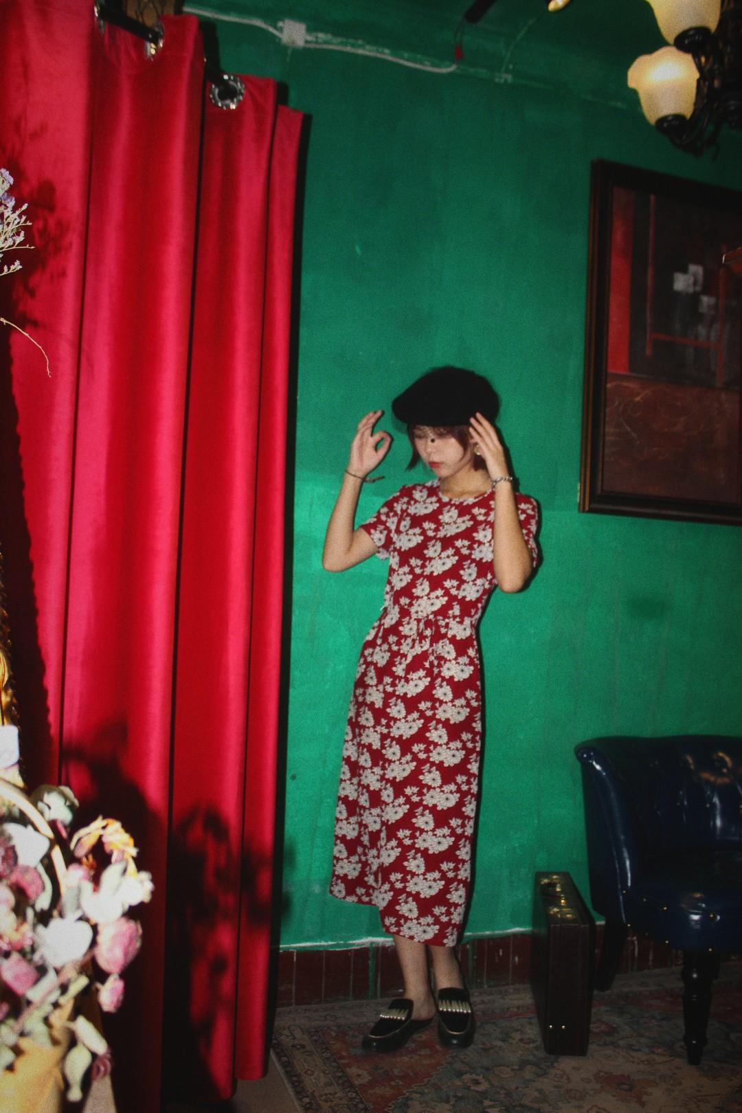 #2019早秋流行,我带你追!# 复古红裙!我希望每个女生都能拥有!!! 太好看了!带修身的设计特别有女人味! 搭配个小帽子什么的最好看了!