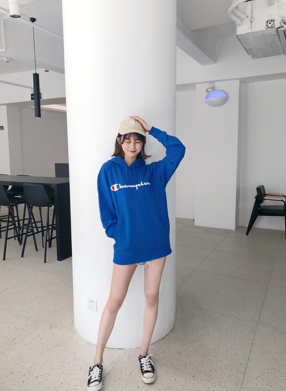 #初秋第一波韩系潮流,跟上!#蓝色的卫衣真的超亮眼呀 而且特别百搭 先备着了哈哈哈~