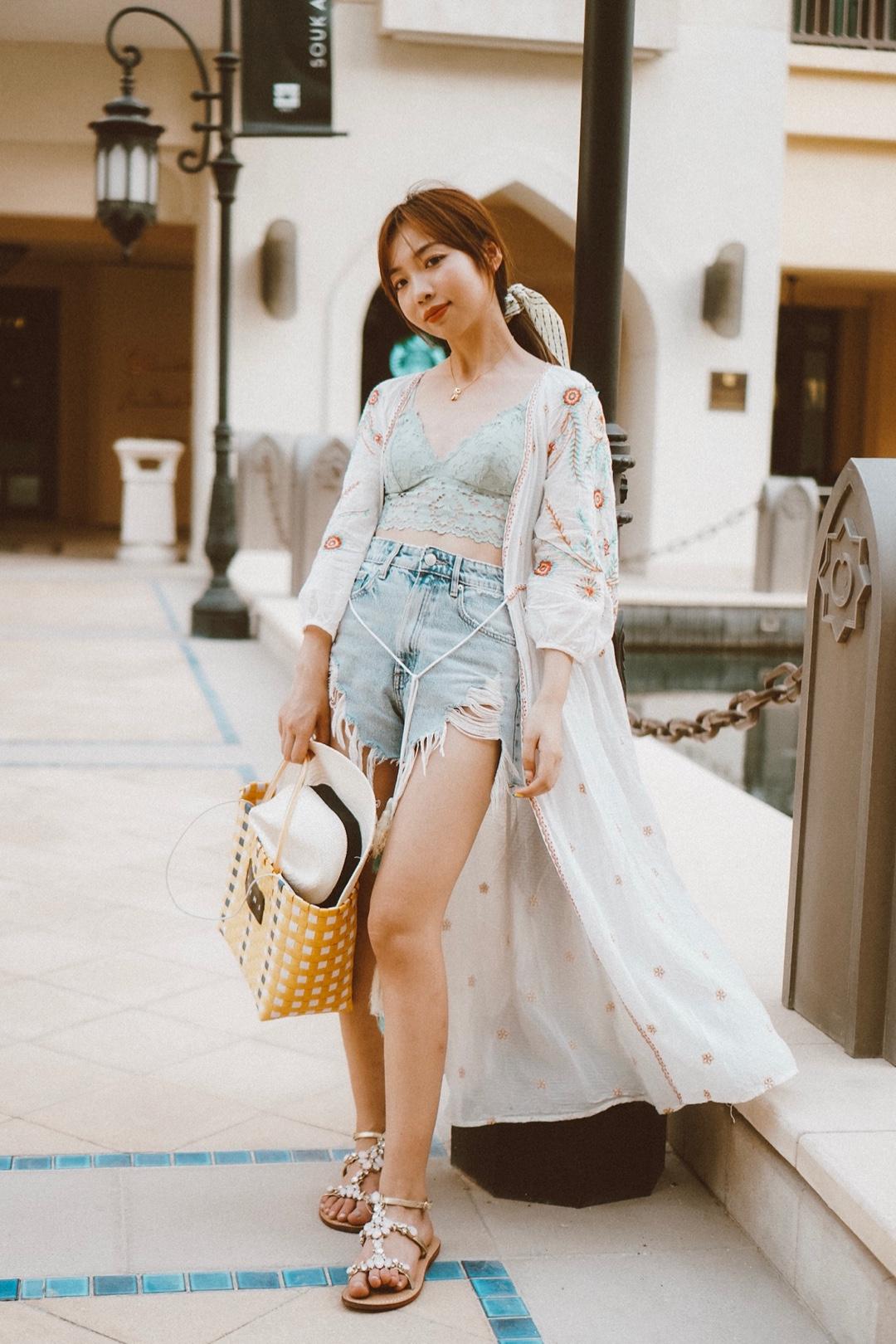 #七夕,今天我想穿它去约会!# 👗今日风格:🏜️异域风情 🥼罩衫:zara 这种类型的长款罩衫特别有阿拉伯的感觉 就好像当地人的长袍一般走路自带风 飘逸的感觉特别赞! 加上特别的刺绣元素显得更加应景了 💎项链:Pandora 👗法式bra:oysho 👖短裤:zara