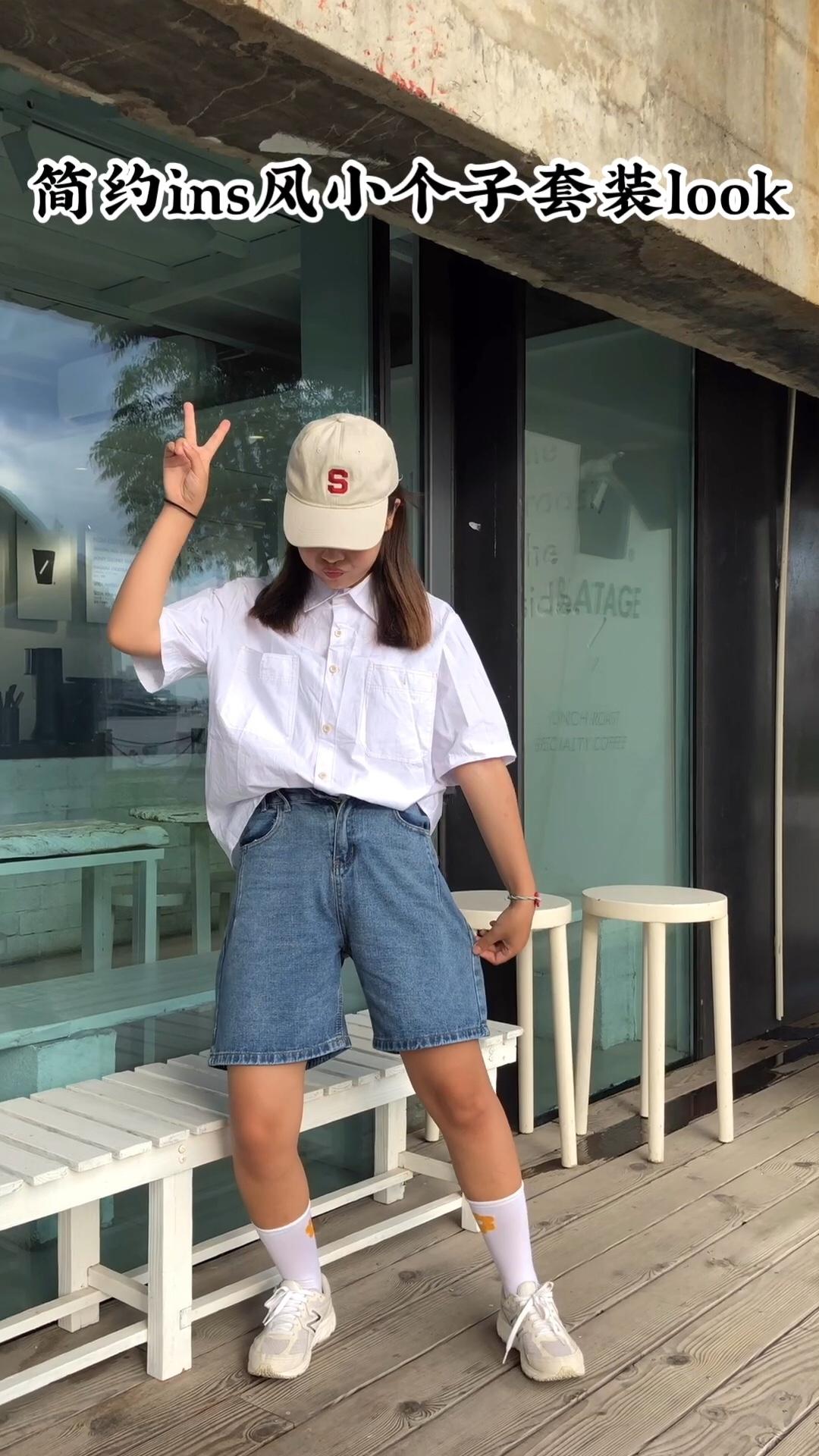 #长高10cm:腰线拉高术!# 五分牛仔短裤, 白色线条衬衫, S棒球帽, 新百伦运动鞋, 花朵五分袜 整体风格ins运动风,简约清新,而且很舒服。