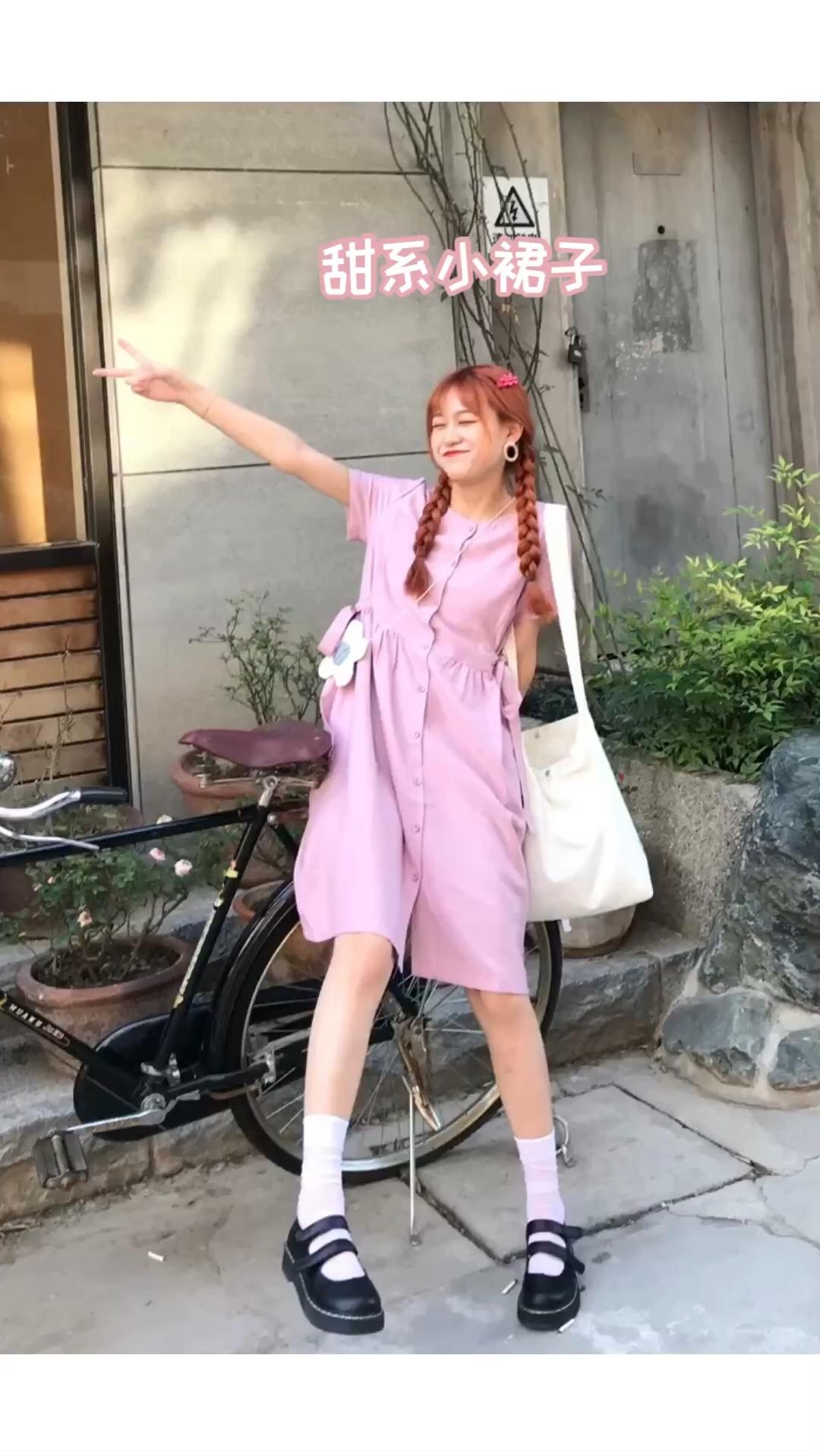 #情人节逆袭大变身!秒脱单!#今天粉紫色的小裙子很有民国小女生的感觉~ 加上小腿袜和小皮鞋,一个大的帆布斜挎包, 我去上学啦! 就是甜甜的少女没错啦,约会必备!