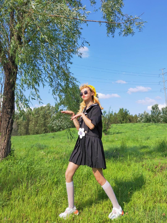 #七夕,今天我想穿它去约会!#大锤分享今日减龄学院风的一个小裙裙,黑色海军领设计,百褶下半身,搭配小腿袜穿简直就是少女本少!七夕必入~跟男朋友走在一起一定回头率超高!在有限的夏天里一定要入手!安排