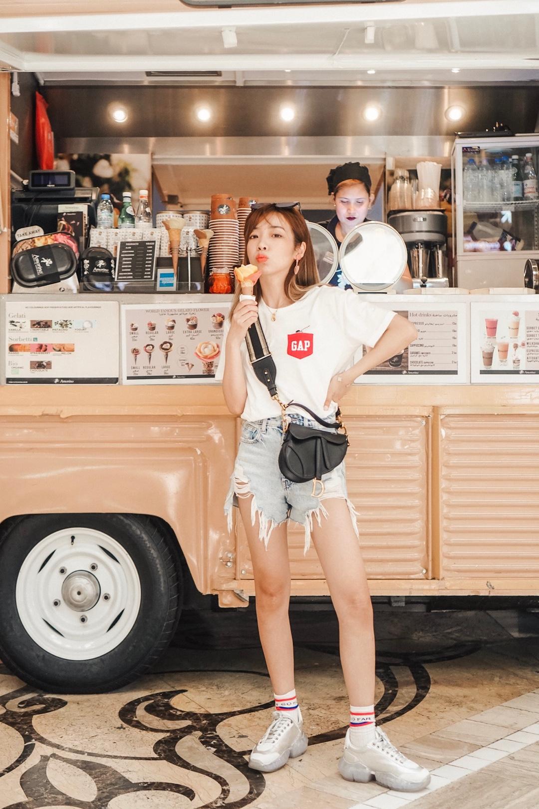 #夏装最后一波,我带你盘!# 今日穿搭:活力少女 T恤:Gap 50周年的纪念款 简单的白T加上正红色的小口袋 配色还是一如既往的经典哦! 穿上超有活力 最近都在夏末打折促销 快去看看吧! 包包:dior 鞋子:Jimmy choo 活力少女不能缺少的运动鞋哦! 这双银色的部分特别闪 人群中最闪亮的星就是你啦!