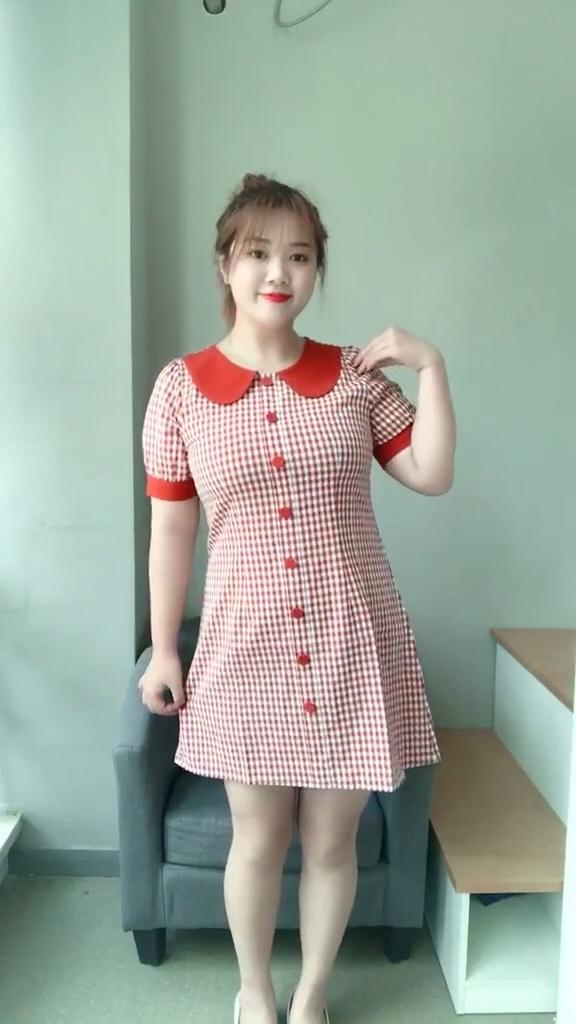 """#初秋第一波韩系潮流,跟上!#  🐬🐬🐬 款式最好是收腰的,拒绝H型的裙子, H型直筒裙可以神奇地让身体上下变成一样宽,穿上秒变小圆筒的节奏呀。我知道很多胖姑娘,喜欢那种直筒的连衣裙,觉得那样遮肉,那么在这里,我又要扯到我以前一直说的那个""""0""""和""""8""""哪个身材好?的比喻了。囫囵不清的轮廓,总没有凹凸有致的曲线来得玲珑 喜欢点击➕关注~"""