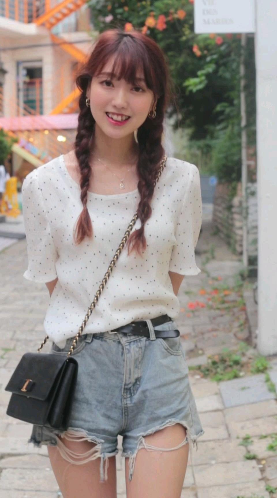 清纯甜美风的韩国麻花辫美眉,向可爱势力低头!##甜美温柔风裙装,粉色系、蝴蝶结、荷叶边#