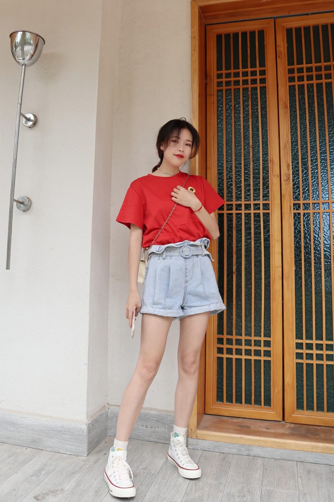 面料非常柔软的一款T恤 上身感觉顺滑又舒服 向日葵是刺绣 很有质感 T恤廓形精致小巧 下装简单搭配短裤就好  #夏装最后一波,我带你盘!#