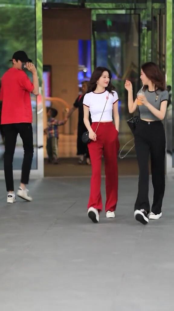 #夏装最后一波,我带你盘!#普通的女孩子笑起来也很好看啊!穿搭 街拍