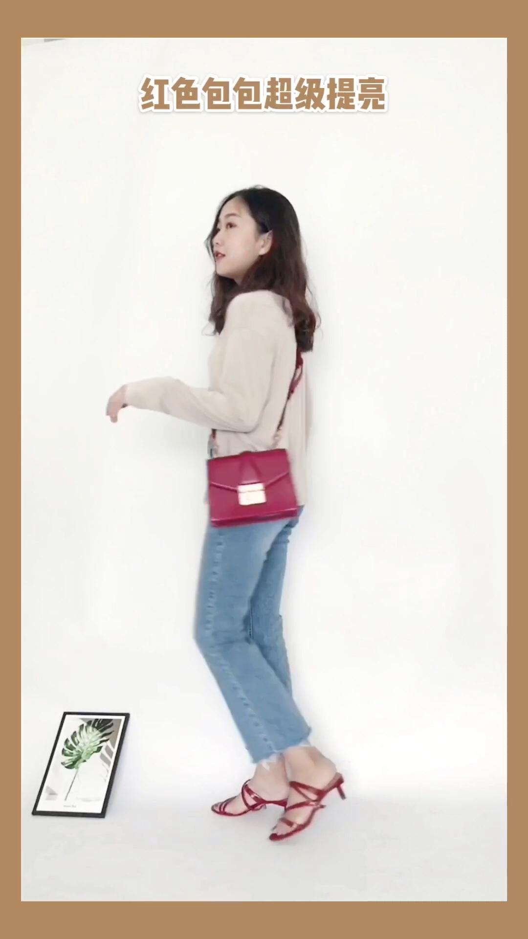 #奶茶色穿搭,好看到上头# 每日穿搭 奶茶色系的穿搭超适合初秋! 这件奶茶色针织超级温柔 搭配牛仔裤很chic包包和凉鞋都选择了红色单品提亮