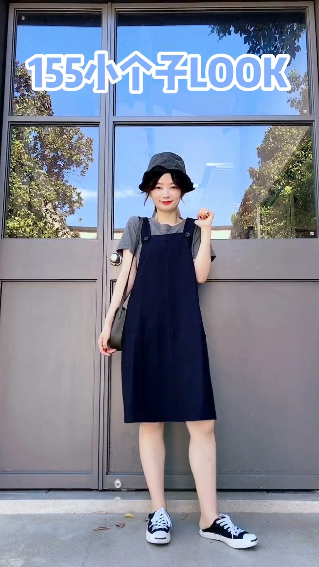 #开学季,校园女神穿搭攻略#  开学季不能错过的背带裙 超级减龄哦 藏青色人人都可以驾驭哈 搭配一件简约tee就hin好看哦
