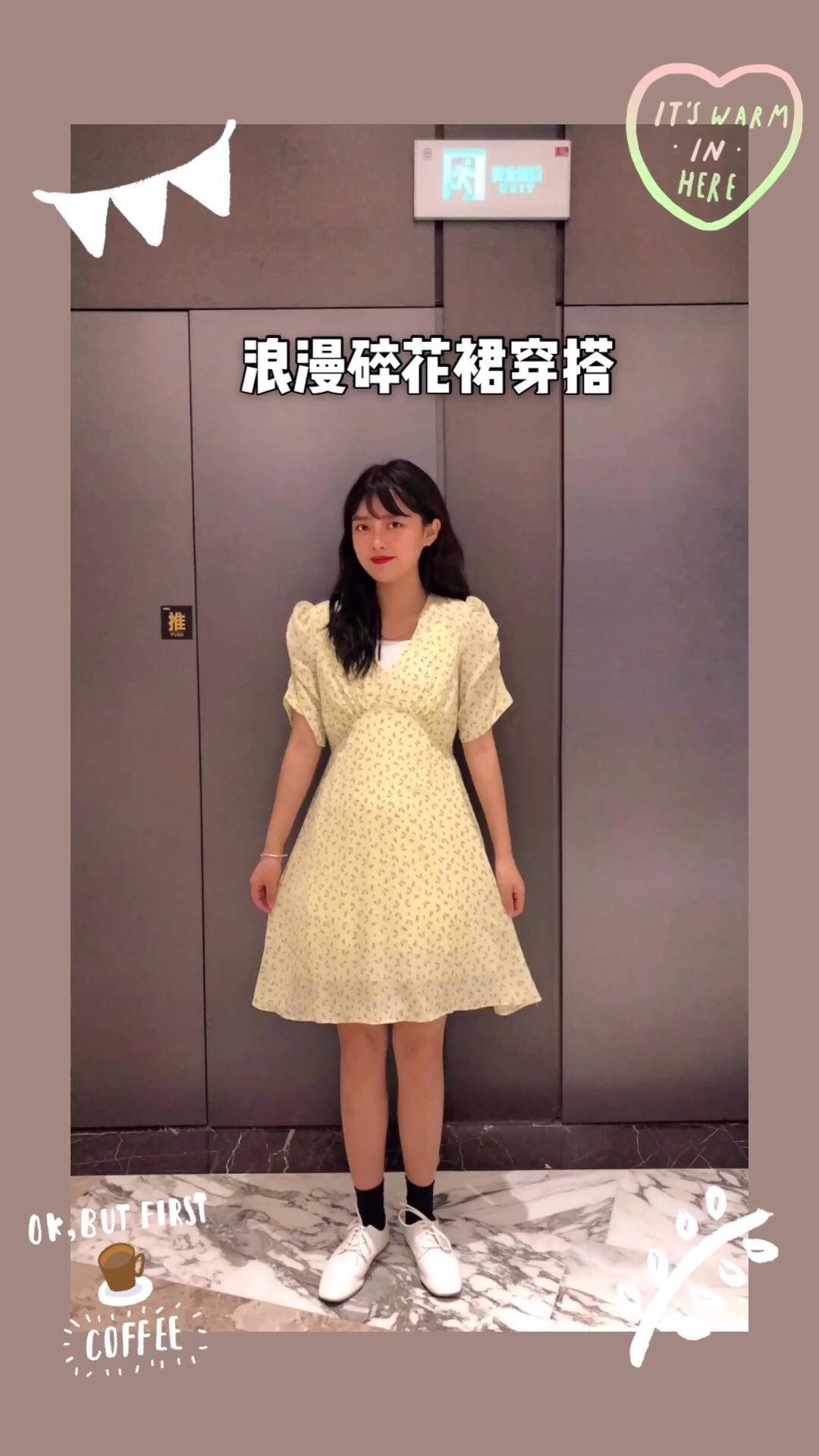 #小香风!温柔小姐姐必备#  法国浪漫桔梗裙 这种小花朵超级有夏天清新的感觉 这条裙子的版型真的很显瘦 v领的设计显的颈部线条特别好而且还有点小性感 裙子的花纹又很俏皮可爱 两种风格相互融合  裙子的收腰设计 很好的显出身材!真的是一条不可错的俏皮可爱的小裙子!