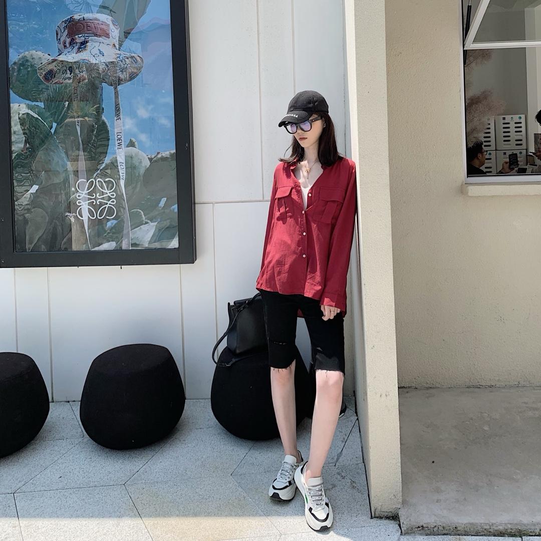 #网红风,教你一套出街!# 这是一套夏季秋季都可以穿的look 衬衫是很正的红色 超显肤色 宽松版型也很显瘦 牛仔中裤比短裤多了些休闲中性的感觉 很酷啦 裤子有点小修身 颜色和版型都很显瘦 日常穿着率很高的一套穿搭了