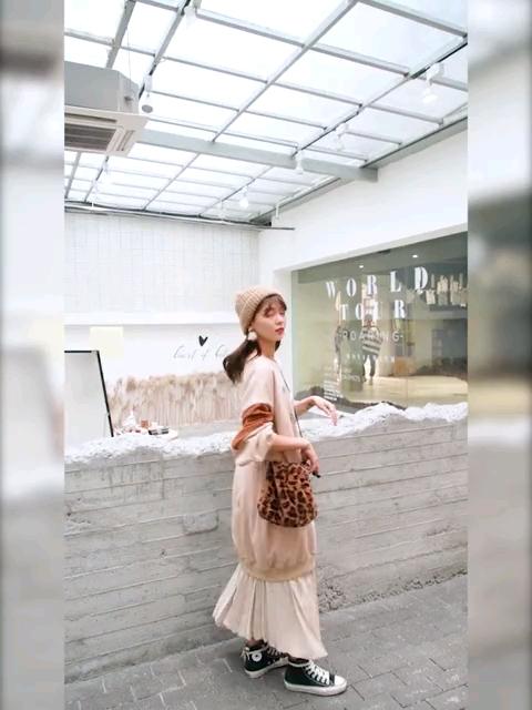 时尚套装长款卫衣+百褶连衣裙😀 卫衣是中长款的而且是泡泡袖,很宽松💘 😍长裙是百褶的,两者搭配更显时尚💘#梨形mm这么穿=又高又瘦#