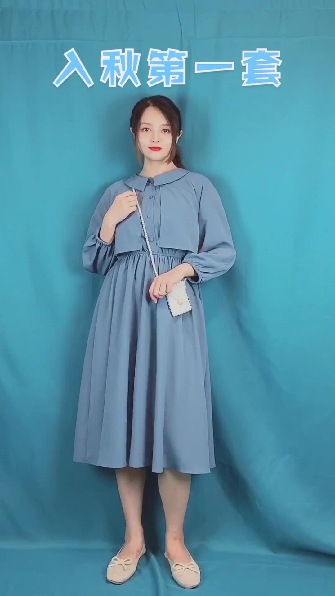 入秋第一套,雾霾蓝连衣裙。 九分袖的连衣裙,非常适合夏秋过度时期。颜色是显白又高级的雾霾蓝,不挑肤色。娃娃领设计,有减龄的效果。风衣式的设计很特别,有层次感。高腰设计,凸显腰线,显瘦显高。面料是垂坠有质感的雪纺面料,满满高级感。 #立秋囤秋装,九月你最靓!#