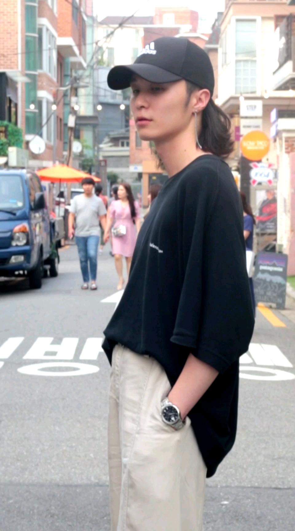 艺术气息爆棚的韩国小哥哥,不是每个男孩子留长发都那么好看的哦!#网红风穿搭look。#