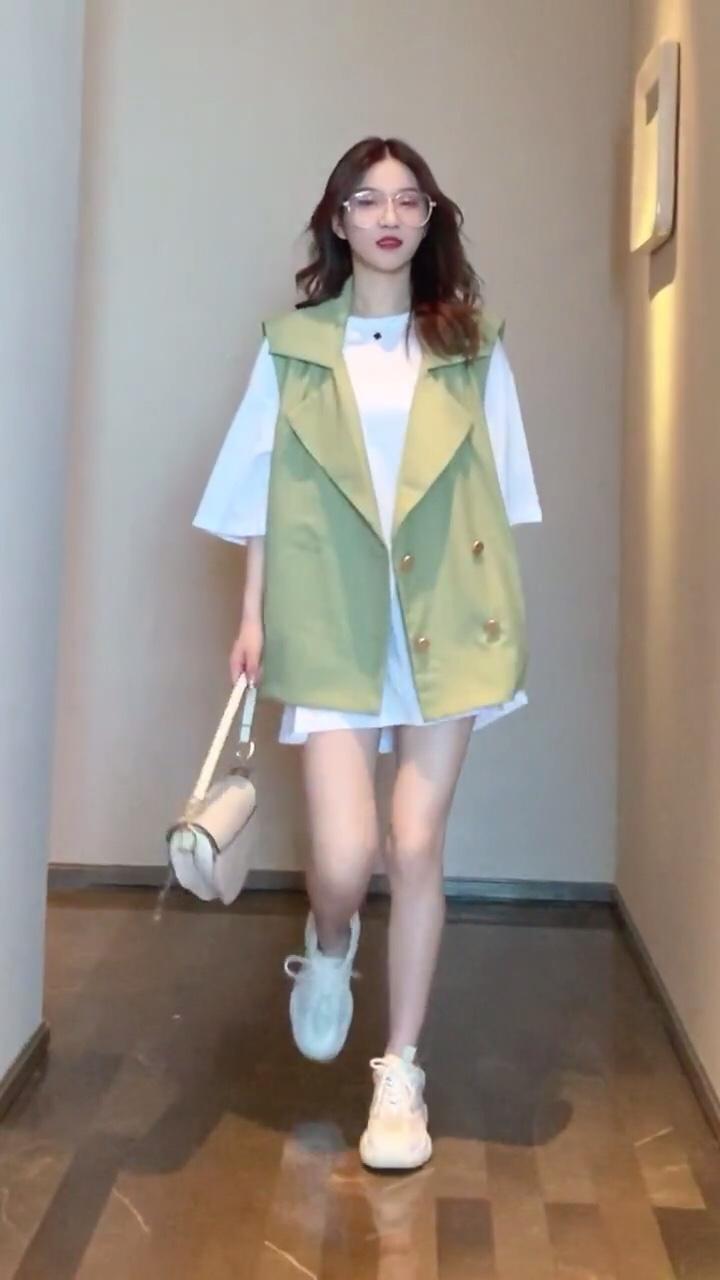 """八月女生穿搭迷倒男朋友#""""剩夏""""sos,露腰露腿露出来!#"""