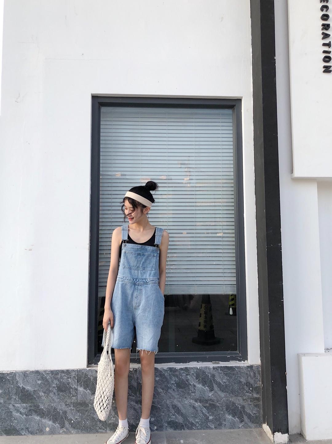 #网红风,教你一套出街!#背带裤简直就是减龄的秘诀呀!上身就是重返18岁的feel~俏皮又活泼 很学院风的感觉哦 显瘦款 上身就是整条街zui可爱的崽^_^