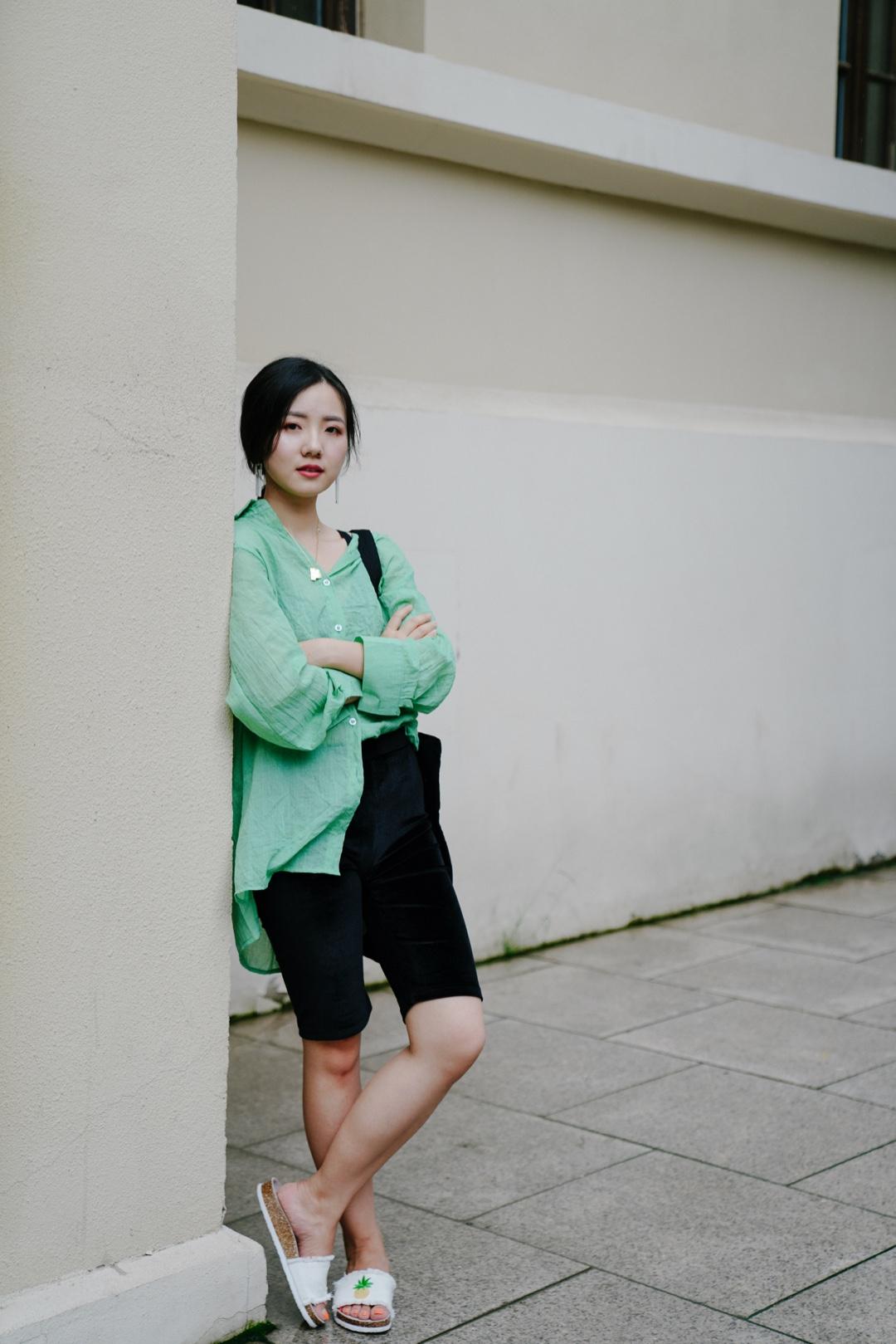 尝试了一下时髦单品——单车裤骑行裤,比想象中好穿诶~因为骑行裤的特征就是贴身,遵循上松下紧原则,上衣搭配了宽容的果绿色大衬衫,把一侧衣角掖进裤子提高腰线。  上衣:are u shop 裤子:mango 拖鞋:热风 #穿衣自由,女生穿什么自己说了算!#