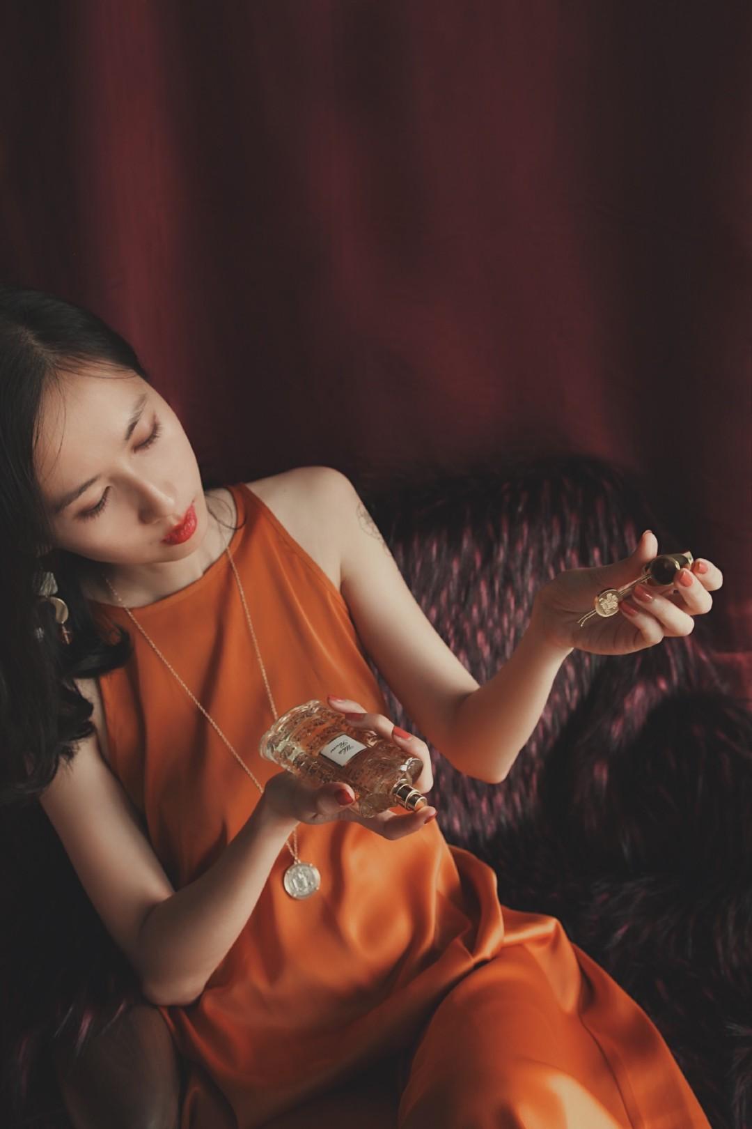 缎面橙子裙与美到极致的小众香水瓶收藏 夏天到了,阳光正好。 皮草沙发遇上橙色的缎面削肩长裙,色彩在彼此间糅开。 趁着午后,在家拍了自用的两瓶香,我的最爱:Guerlain娇兰帝王之水珍藏版与Creed信仰white flowers白花 。庆幸在这个现代简约的时代,还能拥有她们。  摩登复古永远经典,最耐得住时间揣摩的,要么经典的极简,要么最极致的精致。🎥透过这样的瓶身,仿佛看见黑胶唱片丝绒裙摆下的旧时光。 #爱长裙#