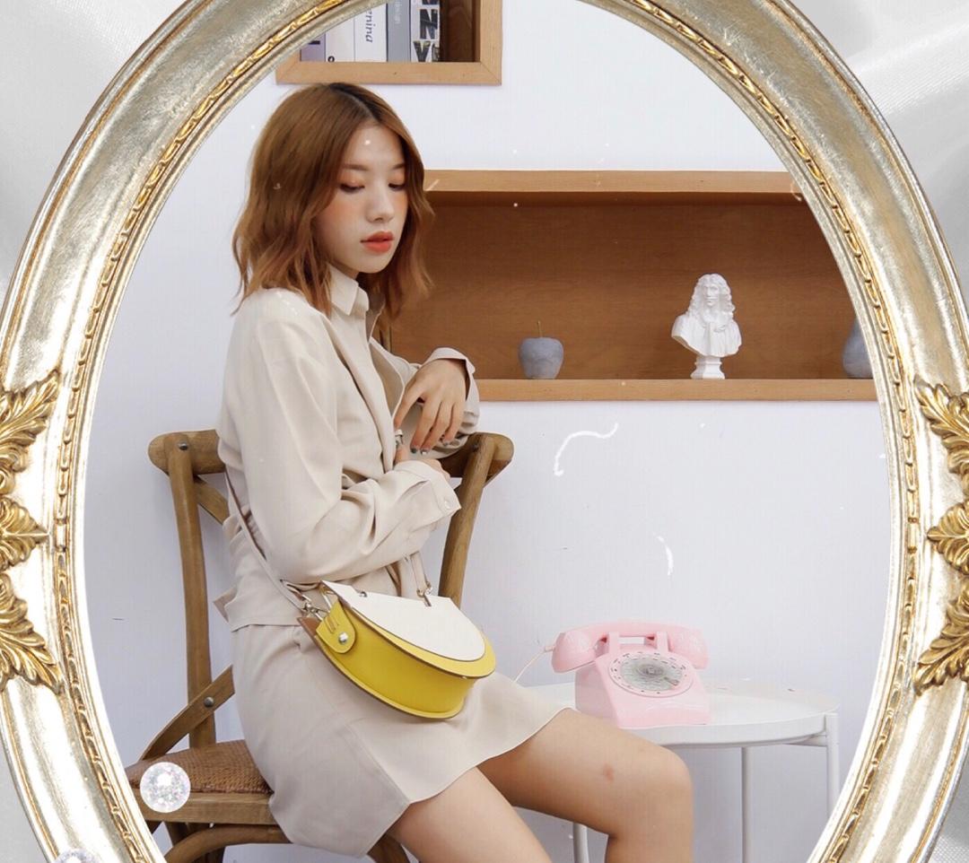 OOTD|日常简约风 这条连衣裙设计非常好看~ 腰部设计可以自由调节非常显身材~ 裙子是颜色是米色系显肤色~ 包包搭配的蓝黄配色很配这套衣服~ 鞋子搭配的是珍珠鞋很优雅~ 连衣裙:ICY 包包:UNITUDE #蘑菇街新品测评#