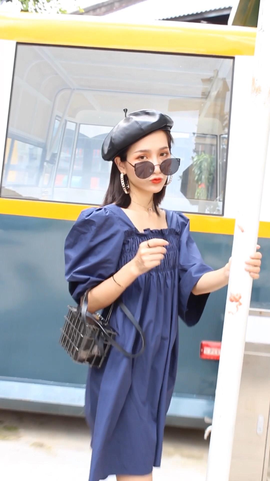 番茄分享🍅小个子穿搭指南|法式气质休闲风~ 给大家分享一套法式气质休闲风穿搭Look~ 希望大家能喜欢哦💕 一条蓝色的连衣裙超美的!又显白哦! 我搭配的是一双黑色的帆布鞋➕一双堆堆袜➕一个黑色的铁栏包包➕一个贝雷帽~ 这样的穿搭你会喜欢吗💕 喜欢记得点赞收藏➕关注我哦! 我会每周都给大家更新不同的穿搭秘诀呢#夏日收官look大比拼#