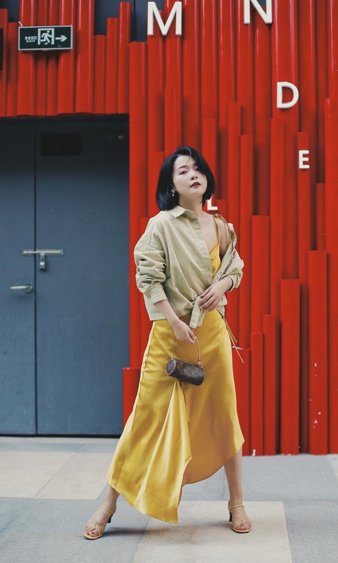 适合周五的一套搭配~ 脱掉衬衫就能约会or蹦迪! 嘻嘻嘻 丝绸质感长裙,非常能勾勒身材~ #夏→秋,一件外套搞定!#