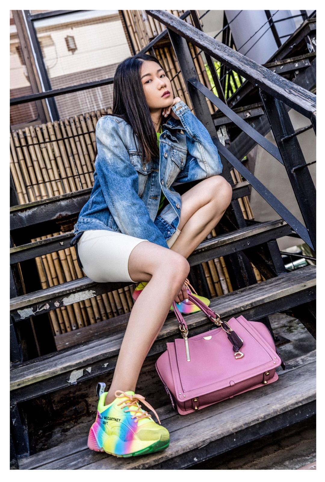 #Ava搭配日记#大热天也是挡不住A姐一颗想要时时营业的心,今天来点不一样的混搭[害羞]——牛仔服+运动紧身裤+炫彩鞋子和包包也是出奇好看的total look,选对荧光色单品就能打造万能组合,轻松Get公司楼梯时尚大片~[酷]外套:Unravel Project T恤:adererror裤:STYLENANDA鞋:Stella McCartney 包:Coach