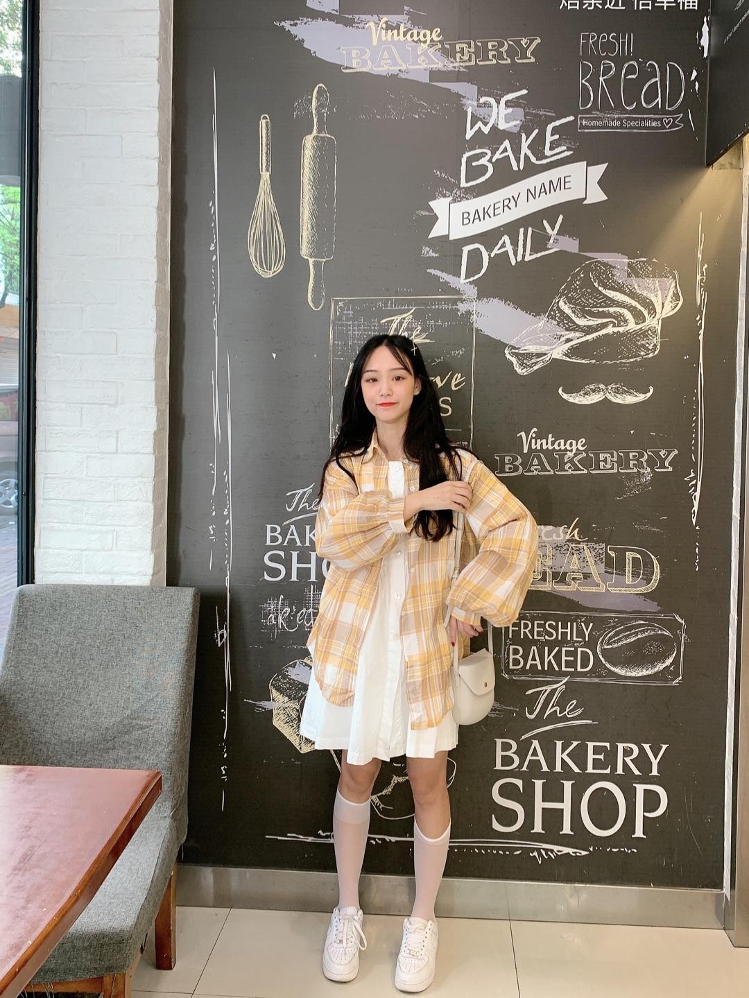 #换季吸睛:百搭长袖衫上线# 衬衫💛 很美的黄格衬衫,显白一级棒,宽松的版型挺遮肉的,颜色也是很温油的米黄色,蛮百搭的,夏秋过渡季穿再合适不过了 连衣裙🌫 里面搭了一个白色的连衣裙,也是宽松的版型,遮肉显瘦它在行 包包◻️ 又是这个百搭款,姐妹们安排! 鞋子👟 白色的增高鞋很百搭,小个子mm想增高穿它!