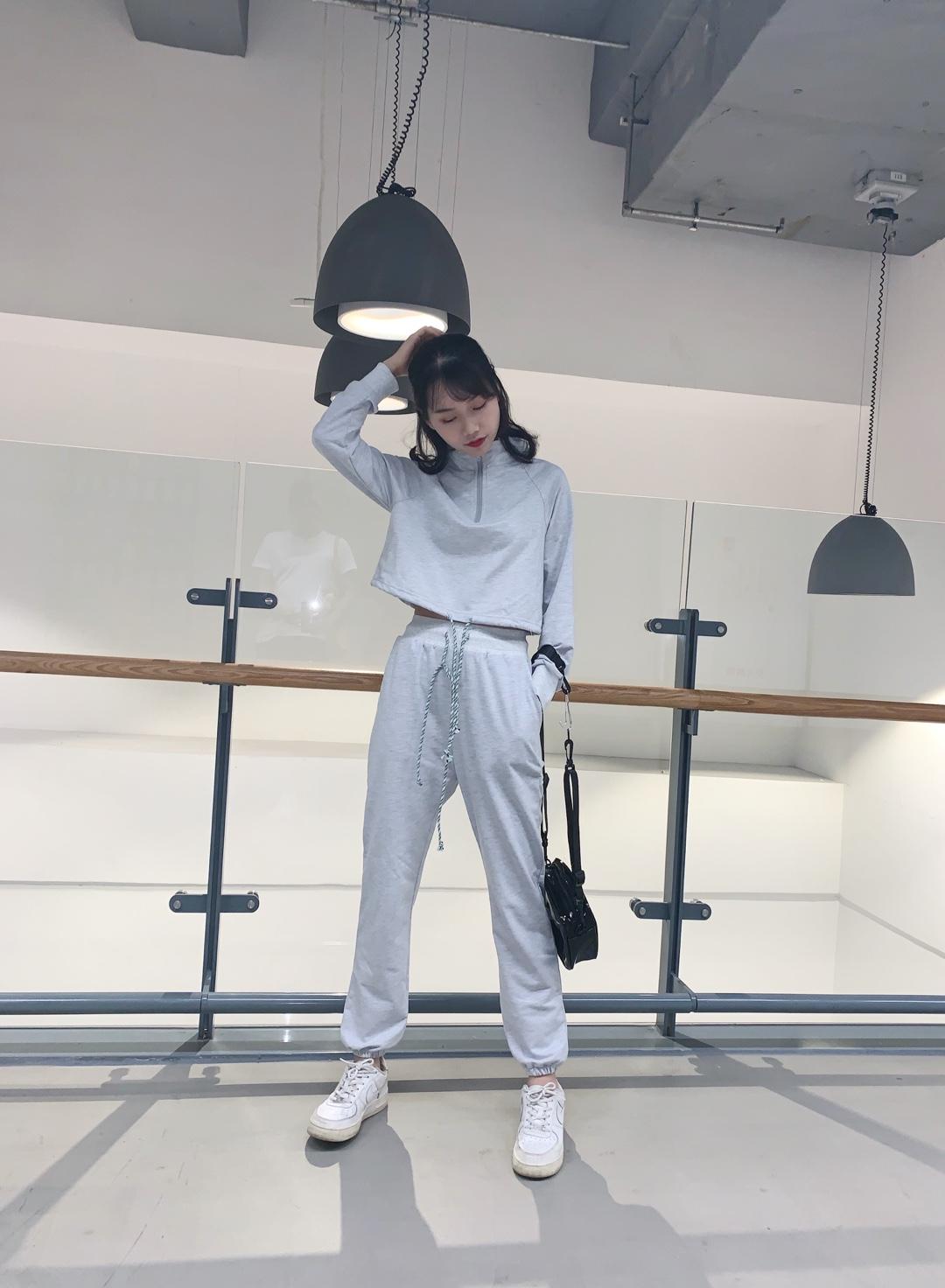 ✘秋季运动套装来袭 ✘小个子也可以驾驭的运动套装 ✘百搭时尚的灰色尽显年轻姿态 ✘短款上衣拉高身材比例 #不好惹女孩穿搭,A爆!#